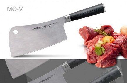 Топорик кухонный Samura Mo-V, 31 см, длина лезвия 18 см, вес 377 гТопорики для мяса<br>Вес и особая форма топорика помогают легко перерубить замороженное мясо, прожилки, суставы и даже косточки. Идеальная балансировка топорика делает кухонный труд приятным и необременительным. Небольшая профессиональная хитрость: чуть закруглённое лезвие делает очень удобной рубку лука.  Характеристики Материал лезвия: сталь Aus 8, Твердость по шкале Роквелла (Hrc) : 57-59, Тип режущей кромки лезвия: двусторонняя симметричная, Материал рукояти : стеклотекстолит G-10, Угол заточки (гр.) : 25<br><br>Серия: Mo-V