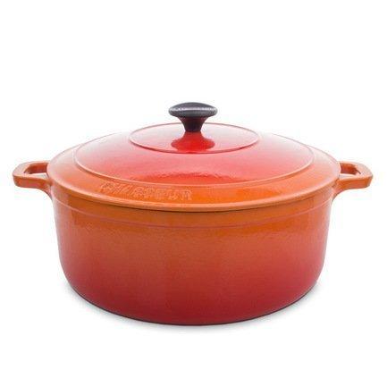 Кастрюля с крышкой, 28x18 см (6.3 л), оранжеваяКокотницы<br>Круглая кастрюля из чугуна с эмалированным покрытием идеально подходит для тушения и томления блюд из овощей и мяса. В ней вы можете приготовить густой и насыщенный суп или основное блюдо, как на кухонной плите, так и в духовке. Ручки кастрюли нагреваются, но их удобная форма позволяет легко пользоваться прихватками для перемещения кастрюли. Также эта кастрюля может пригодиться для маринования продуктов и хранения в холодильнике или даже морозильной камере.<br><br>Серия: Chasseur