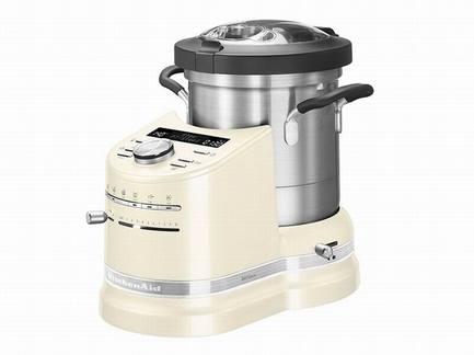 Процессор кулинарный Artisan (4.5 л), кремовыйКухонные процессоры<br>Кулинарный процессор Artisan – универсальный помощник на любой современной кухне. Процессор оснащен стильной и удобной кастрюлей из нержавеющей стали. В этой емкости объемом 4.5 литра можно готовить любые блюда вне зависимости от их сложности. Эргономичные ручки и навесная крышка делают кастрюлю особенно удобной. Ингредиенты легко добавлять через специальное загрузочное отверстие.   Корпус процессора изготовлен из литого алюминия, он отличается надежностью и прочностью. Рычаги и ручка прибора также металлические. Процессор защищен покрытием высокого класса и без особых усилий очищается. Для аккуратного перемешивания и переворачивания процессор оснащен технологией StirAssist, с которой блюда готовятся очень равномерно. Панель из толстого алюминия нагревается равномерно и с большой точностью до температуры 140°. Для контроля над нагревом есть точный температурный датчик.  Кулинарный процессор Artisan комплектуется кулинарной книгой и приложением для смартфонов, где вы найдете удобные инструкции для приготовления повседневных блюд.      Характеристики:   Мощность двигателя: 500 Вт   Максимальная мощность: 1550 Вт    Объем кастрюли: 4,5 л  Температура: 40-140°C   Шаг изменения температуры: 5°C  Материал корпуса: литой металл  Материал крышки: пластик без содержания БФА  Обороты в минуту (лезвие): 80–2300  Габариты изделия (ВШГ): 41.1x31.4x34.2 см  Вес нетто: 10.14 кг<br><br>Серия: Процессор кулинарный Artisan<br>Состав: Венчик для взбивания яиц, Верхняя корзинка для готовки на пару с крышкой, Нижняя корзинка для готовки на пару с крышкой,  Насадка для теста,  Миничаша с минилезвием,  Многофункциональное лезвие, Н...