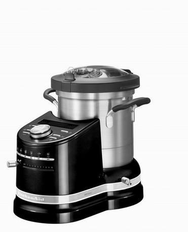 Процессор кулинарный Artisan (4.5 л), черныйКухонные процессоры<br>Кулинарный процессор Artisan – универсальный помощник на любой современной кухне. Процессор оснащен стильной и удобной кастрюлей из нержавеющей стали. В этой емкости объемом 4.5 литра можно готовить любые блюда вне зависимости от их сложности. Эргономичные ручки и навесная крышка делают кастрюлю особенно удобной. Ингредиенты легко добавлять через специальное загрузочное отверстие.   Корпус процессора изготовлен из литого алюминия, он отличается надежностью и прочностью. Рычаги и ручка прибора также металлические. Процессор защищен покрытием высокого класса и без особых усилий очищается. Для аккуратного перемешивания и переворачивания процессор оснащен технологией StirAssist, с которой блюда готовятся очень равномерно. Панель из толстого алюминия нагревается равномерно и с большой точностью до температуры 140°. Для контроля над нагревом есть точный температурный датчик.  Кулинарный процессор Artisan комплектуется кулинарной книгой и приложением для смартфонов, где вы найдете удобные инструкции для приготовления повседневных блюд.      Характеристики:   Мощность двигателя: 500 Вт   Максимальная мощность: 1550 Вт    Объем кастрюли: 4,5 л  Температура: 40-140°C   Шаг изменения температуры: 5°C  Материал корпуса: литой металл  Материал крышки: пластик без содержания БФА  Обороты в минуту (лезвие): 80–2300  Габариты изделия (ВШГ): 41.1x31.4x34.2 см  Вес нетто: 10.14 кг<br><br>Серия: Процессор кулинарный Artisan<br>Состав: Венчик для взбивания яиц, Верхняя корзинка для готовки на пару с крышкой, Нижняя корзинка для готовки на пару с крышкой,  Насадка для теста,  Миничаша с минилезвием,  Многофункциональное лезвие, Н...