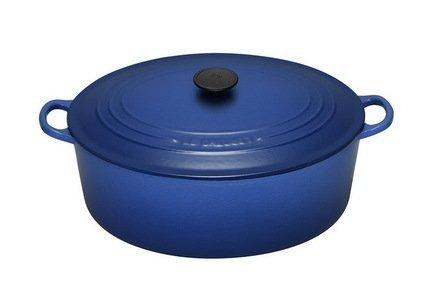 Кокот овальный, 31 см (6.3л) синийПосуда<br>Для тех, кто любит готовить большие куски мяса или рыбы. Благодаря овальной форме в этом чугунном кокоте больше места. Теперь вы можете приготовить рыбу целиком, не разрезая филе на небольшие порции. В этой универсальной посуде отлично получаются супы и различные тушеные и жареные блюда.<br><br>Серия: Le Creuset Чугун