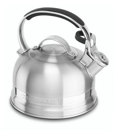 Чайник наплитный (1.89 л), со свистком, стальнойЧайники<br>Круглобокий чайник от Kitchenaid обещает своим хозяевам и их гостям уют бесконечного чаепития. Дизайнеры Kitchenaid превратили обычный бытовой предмет в центральную фигуру современной кухни.     Насыщенно-яркий и блестящий, со стильными стальными элементами декора, чайник Kitchenaid создает дружелюбное настроение в любом интерьере. Нержавеющая сталь делает чайник практически бессмертным, эмалевое покрытие - настоящая броня от царапин и сколов. Удобной формы ручка всегда остается прохладной, и, благодаря накладкам, не скользит в ладони. Крышка-свисток на носике сообщает о кипении воды и легко приподнимается одним нажатием пальца руки, держащей чайник.     Чайник можно использовать на всех видах плит.<br><br>Серия: Stovetop Kettle