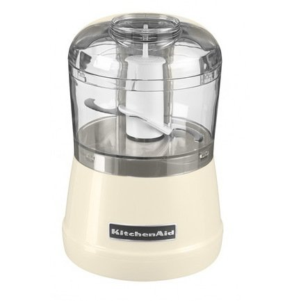 Измельчитель (0.83 л), кремовыйИзмельчители<br>Этот компактный, но мощный прибор поможет в считанные мгновения измельчить мясо, фрукты, овощи, зелень, сыр, орехи. Острый нож измельчителя вращается в двух скоростях. На первой скорости - 2450 оборотов в минуту - вы сможете мелко нарезать любые продукты, сырые и отварные. Это очень удобно при приготовлении салатов, супов, мясного фарша. На второй скорости - 3450 оборотов в минуту - лезвие превращает продукты в нежное пюре. Скорость выбирается легко, буквально одним нажатием пальца. Небольшая чаша объемом 830 мл особенно удобна при приготовлении блюд для детского питания. В крышке есть специальное отверстие для добавления ингредиентов в процессе измельчения. Не выключая прибор, вы сможете добавить растительное масло или другую жидкость, которая равномерно смешается с измельчаемыми продуктами.     Характеристики:   Мощность: 240 Вт  Количество скоростей: 2  Скорость 1: 2450 оборотов в минуту  Скорость 2: 3450 оборотов в минуту  Размеры: 22 х 15.2 х 15.2 см<br>
