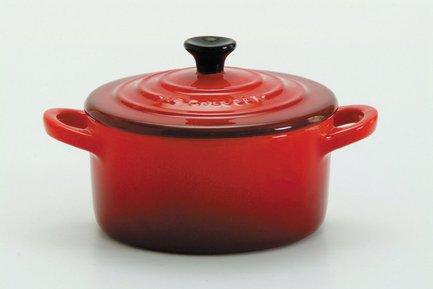 Мини-кокот, 10 см (0.25 л) бордовыйКастрюли для запекания<br>Компактная керамическая посуда пригодится для нежного тушения кусочков мяса или овощей, для приготовления гарниров и десертов небольшими порциями. В такой посуде можно готовить на плите, в духовке и в микроволновой печке.<br><br>Серия: Le Creuset Керамика