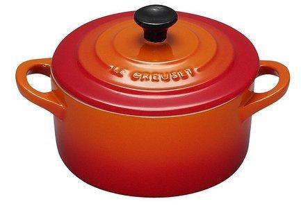 Мини-кокот, 10 см (0.25 л) оранжевыйКастрюли для запекания<br>Компактная керамическая посуда пригодится для нежного тушения кусочков мяса или овощей, для приготовления гарниров и десертов небольшими порциями. В такой посуде можно готовить на плите, в духовке и в микроволновой печке.<br><br>Серия: Le Creuset Керамика