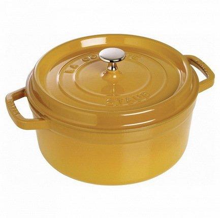Кокот круглый (6.7 л), 28 см, горчичныйКокотницы<br>Кокотница, или французская печка, - одно из фирменных изделий компании Staub. Плотная крышка удерживают всю влагу внутри кокотницы, а разработанные Staub выступы под крышкой помогают постоянно сбрызгивать пищу влагой.Кокотница настолько универсальна, что может использоваться для любых типов готовки, включая тушение, приготовление жаркого с соусом, жарку и фритюр. Кокотница с черной матовой поверхностью имеет медную ручку, в то время как ручки кокотниц других цветов выполнены из нержавеющей стали. Ручки обоих типов обладают высокой жаростойкостью.<br><br>Серия: New classic by Staub