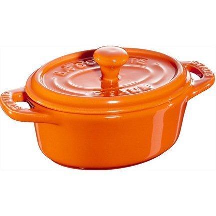 Мини-кокот овальный керамический, 11 см, оранжевыйКокотницы<br>Кокотница, или французская печка, - одно из фирменных изделий компании Staub. Плотная крышка удерживают всю влагу внутри кокотницы, а разработанные Staub выступы под крышкой помогают постоянно сбрызгивать пищу влагой.Кокотница настолько универсальна, что может использоваться для любых типов готовки, включая тушение, приготовление жаркого с соусом, жарку и фритюр. Кокотница с черной матовой поверхностью имеет медную ручку, в то время как ручки кокотниц других цветов выполнены из нержавеющей стали. Ручки обоих типов обладают высокой жаростойкостью.<br><br>Серия: Ceramique Francaise