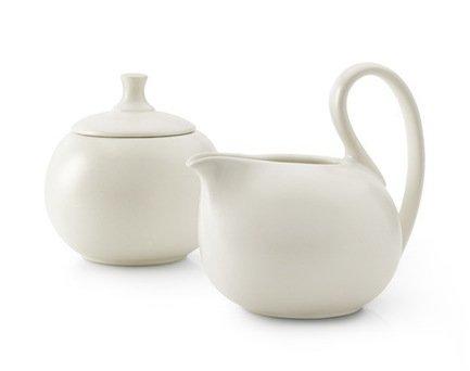 Сахарница и молочник Jasmin, кремовыеСахарницы<br>Керамические сахарница и молочник - стильный набора для чаепития. Керамическая посуда выполнена в одном стиле и хорошо сочетается с чайниками этой серии. Сахарница дополнена крышкой из керамики. Ручка молочника крепкая и удобная, а носик аккуратно изогнут - из этой посуды вы легко и аккуратно сможете налить нужную порцию молока или сливок в чашку.<br><br>Серия: Jasmin