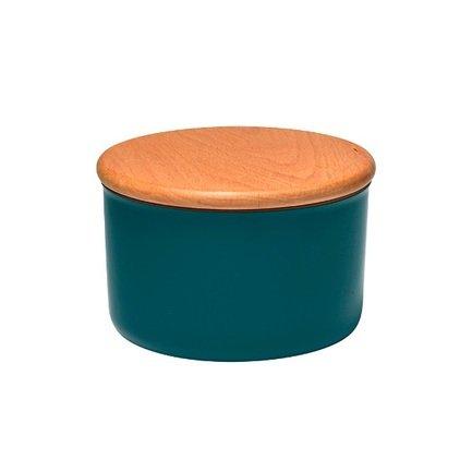 Банка для хранения (0.5 л), серо-голубаяБанки для сыпучих<br>Яркая и стильная банка для хранения сыпучих продуктов обязательно пригодится на Вашей кухне. Керамическая ёмкость, представленная в трех размерах, отлично подойдет для хранения чая, кофе, печенья, специй или сушеных трав. Деревянная крышка с силиконовой прокладкой надёжно и плотно закрывает контейнер, благодаря чему продукты надолго сохраняют свой вкус и аромат. Внешняя поверхность крышки ровная, и закрытые контейнеры можно ставить друг на друга по принципу пирамидки. Емкость изготовлена из прочной керамики, покрытой стеклянной глазурью, при желании эту посуду можно даже использовать для выпекания блюд в духовом шкафу. Изделие можно мыть в посудомоечной машине.<br><br>Серия: Natural Chic