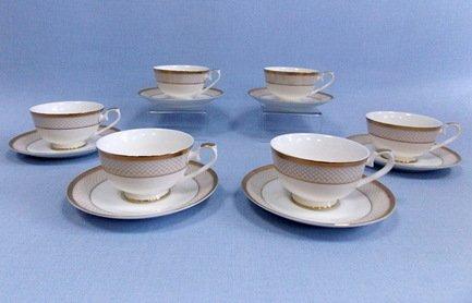 Набор чашек Агата (250 мл) на 6 персон, 12 пр.Чашки и Кружки<br>Набор изящных фарфоровых чашек и блюдец идеален для сервировки чаепития на шесть персон. Крепкий ароматный напиток в белоснежной фарфоровой чашке выглядит очень красиво и остается горячим довольно долго. На маленькое блюдце удобно класть чайную ложечку или небольшой десерт к чаю – конфеты или печенье.<br><br>Серия: Агата<br>Состав: Чашка (250 мл) - 6 шт., Блюдце - 6 шт.