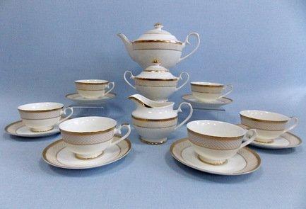 Сервиз чайный Агата на 6 персон, 17 пр.Чайные сервизы<br>Этот изящный чайный сервиз из высококачественного японского фарфора поможет создать теплую и дружескую обстановку за столом. В нём есть всё, что нужно для приятного чаепития. Шесть удобных и красивых чашек с блюдцами - красивая посуда для каждого гостя. Также в набор входит вместительный чайник на всю компанию, сахарница и молочник.<br><br>Серия: Агата<br>Состав: Чашка (250 мл) - 6 шт., Блюдце - 6 шт., Чайник (1.3 л) с крышкой, Молочник, Сахарница с крышкой