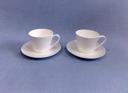Набор чашек Жемчужина на 2 персоны, 4 пр.Чашки и Кружки<br>Две чайные пары в одном наборе – это очень удобно, красиво и практично. С этим набором можно быстро сервировать чаепитие на двоих и выпить чашку горячего чая с лучшим другом. Крепкий ароматный напиток в белоснежной фарфоровой чашке выглядит очень красиво и остается горячим довольно долго. На маленькое блюдце удобно класть чайную ложечку или небольшой десерт к чаю - конфеты или печенье.<br><br>Серия: Жемчужина<br>Состав: Чашка (300 мл) - 2 шт., Блюдце - 2 шт.