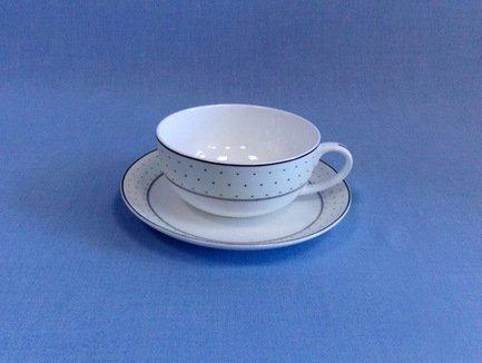 Чашка с блюдцем Лира (350 мл)Чашки и Кружки<br>Изящные кружки универсально подходит для красивой подачи чая, кофе или какао. Так приятно наслаждаться каждым глотком ароматного напитка, выпитым из этой кружки с удобно изогнутой ручкой! Объёмная фарфоровая кружка долго сохраняет тепло налитого в нее напитка.<br><br>Серия: Лира