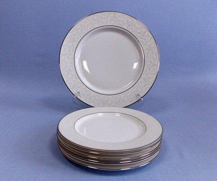 Набор закусочных тарелок с блюдом Сириус на 6 персон, 7 пр.Тарелки и Блюдца<br>Набор закусочных тарелок с большим блюдом пригодится для комплексной и красивой подачи блюд к столу. На этих плоских тарелках малого диаметра подаются порционные закуски для каждого гостя - как горячие, так и холодные. На правильно сервированном столе закусочные тарелки ставятся строго напротив стула гостя, на расстоянии 2 см от края стола.<br><br>Серия: Сириус<br>Состав: Круглое блюдо, 27 см - 1 шт., Тарелка закусочная, 19 см - 6 шт.