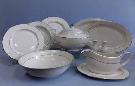 Сервиз столовый Сириус на 6 персон, 27 пр.Столовые сервизы<br>В этом элегантном наборе есть всё, что может пригодиться для сервировки праздничного стола на шесть персон. В комплект входит 27 предметов. Это глубокие тарелки для подачи первых блюд, плоские тарелки двух диаметров - закусочные и подстановочные, блюда для закусок и нарезок, салатник и вместительная супница с крышкой. Полный набор тарелок, необходимых для каждого гостя и выполненных в одном стиле, смотрится торжественно и очень красиво. Состав столового сервиза хорошо продуман, в его комплект входят даже такие сопутствующие предметы сервировки как соусник с блюдцем, солонка и перечница.<br><br>Серия: Сириус<br>Состав: Тарелка подстановочная, 26.5 см - 6 шт., Тарелка закусочная, 20 см - 6 шт., Тарелка суповая, 21.5 см - 6 шт., Блюдо овальное, 36х24.5 см - 1 шт., Блюдо овальное, 31х21 см - 1 шт., Салатник большой...