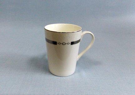 Кружка Элиза (300 мл)Чашки и Кружки<br>Изящные кружки универсально подходит для красивой подачи чая, кофе или какао. Так приятно наслаждаться каждым глотком ароматного напитка, выпитым из этой кружки с удобно изогнутой ручкой! Объёмная фарфоровая кружка долго сохраняет тепло налитого в нее напитка.<br><br>Серия: Элиза