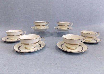 Набор чашек Элиза на 6 персон, 12 пр.Чашки и Кружки<br>Набор изящных фарфоровых чашек и блюдец идеален для сервировки чаепития на шесть персон. Крепкий ароматный напиток в белоснежной фарфоровой чашке выглядит очень красиво и остается горячим довольно долго. На маленькое блюдце удобно класть чайную ложечку или небольшой десерт к чаю – конфеты или печенье.<br><br>Серия: Элиза<br>Состав: Чашка (250 мл) - 6 шт., Блюдце - 6 шт.