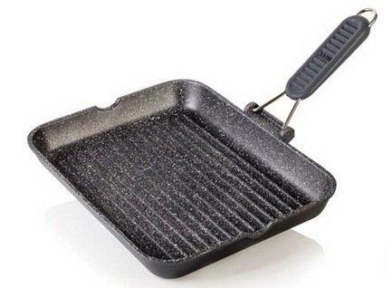 Литая сковорода-гриль HardStone Granit, 36x26 смСковороды-Гриль<br>Отличная прямоугольная сковорода с рифленой поверхностью понравится всем любителям сочных стейков из мяса и рыбы. На этой сковороде можно жарить стейки, шницели и отбивные с минимальным количеством масла. Мясо получается очень сочным с красивой хрустящей корочкой. Кроме того, на сковороде можно готовить оригинальные жареные блюда из овощей. Эргономичная ручка из жаропрочного силикона не нагревается в процессе приготовления пищи, удобна и безопасна. Она легко снимается, что делает использование сковороды более удобным, а хранение очень компактным.<br><br>Серия: HardStone Granit